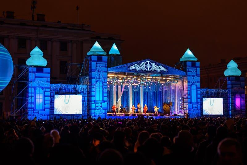 Этап на квадрате дворца на ноче ` s Нового Года святой petersburg Россия стоковые фото