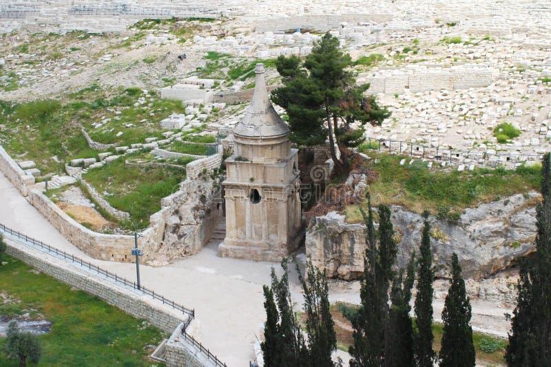 Эта богато украшенная усыпальница в кладбище принадлежит Zachariah ben Jehoiada, отцу Иоанна Крестителя, Mount of Olives, Иерусал стоковое изображение