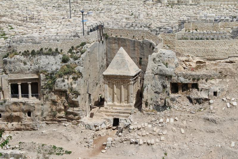 Эта богато украшенная усыпальница в кладбище принадлежит Zachariah ben Jehoiada, отцу Иоанна Крестителя, Mount of Olives, Иерусал стоковые фотографии rf