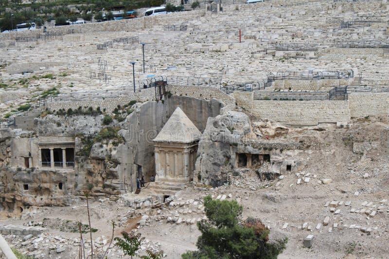 Эта богато украшенная усыпальница в кладбище принадлежит Zachariah ben Jehoiada, отцу Иоанна Крестителя, Mount of Olives, Иерусал стоковые фото