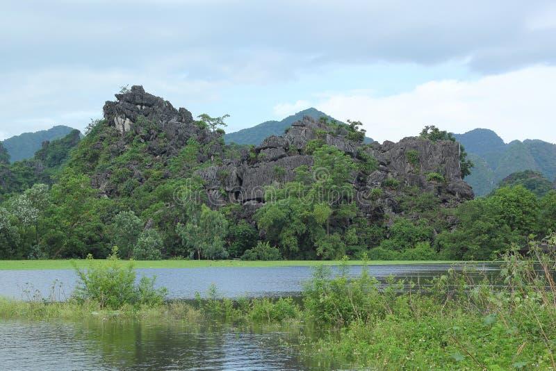 Эта сцена очень красива с горой, озером и голубым небом стоковые изображения rf