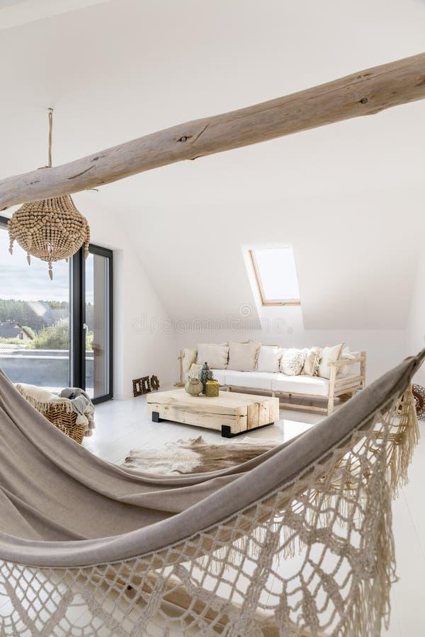 Этническая живущая комната с гамаком стоковые фотографии rf