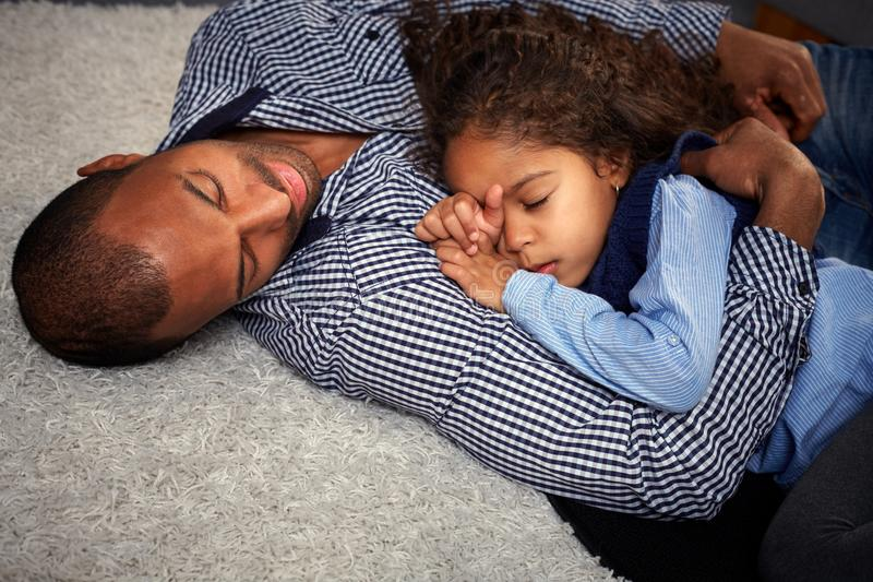 Этнический отец и маленькая девочка на поле стоковая фотография
