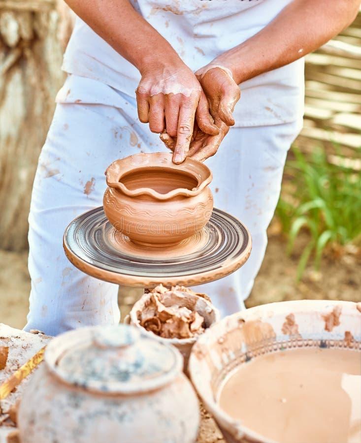 Этническое искусство, умелый мастерский создаваясь бак глины стоковое фото rf