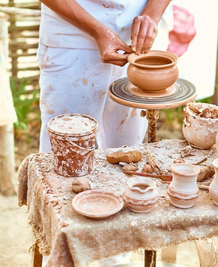 Этническое искусство, умелый мастерский создаваясь бак глины стоковые изображения