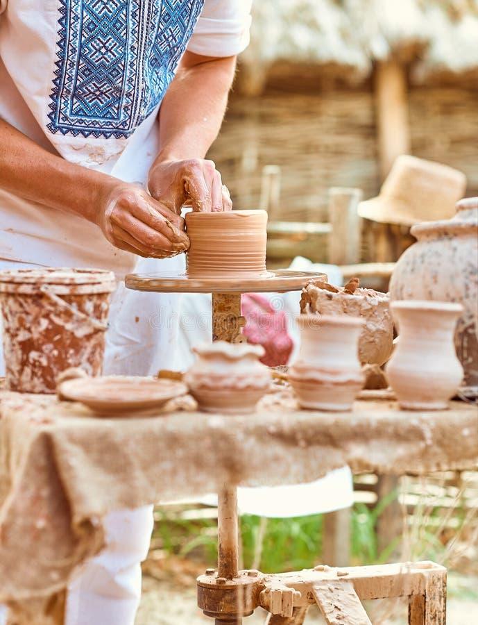 Этническое искусство, умелый мастерский создаваясь бак глины стоковые фотографии rf