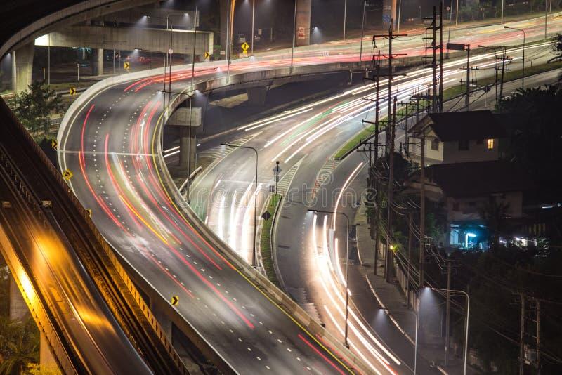 Этот длинный угол шоссе показывает twilight движение двигая быстро t стоковое фото