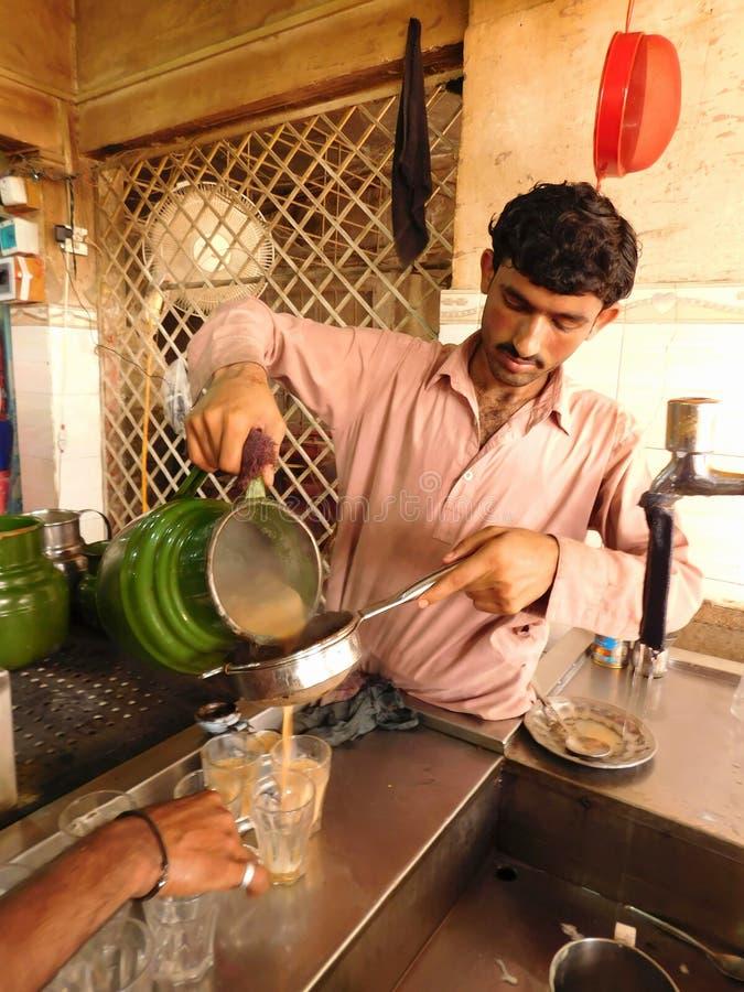 Этот мальчик льет чай стоковое изображение rf