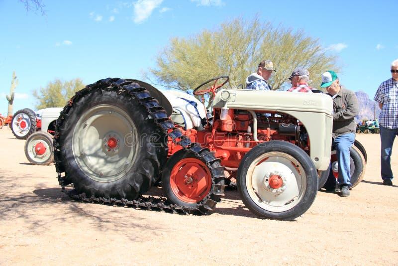 Классицистический американский трактор: Crawler Ford модельное 8N   стоковое изображение