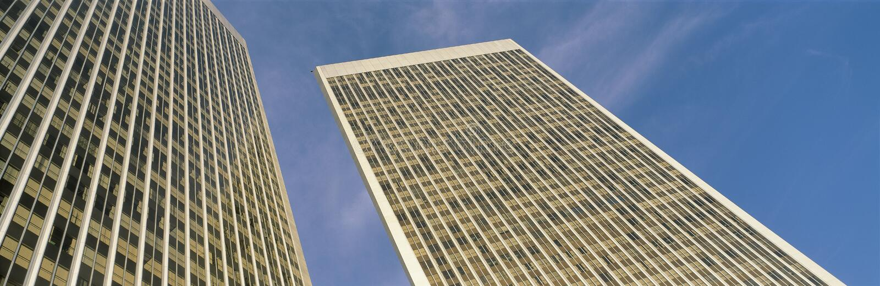 Это взгляд смотря вверх на башнях города столетия Оно окружен голубым небом во время дня стоковые фотографии rf