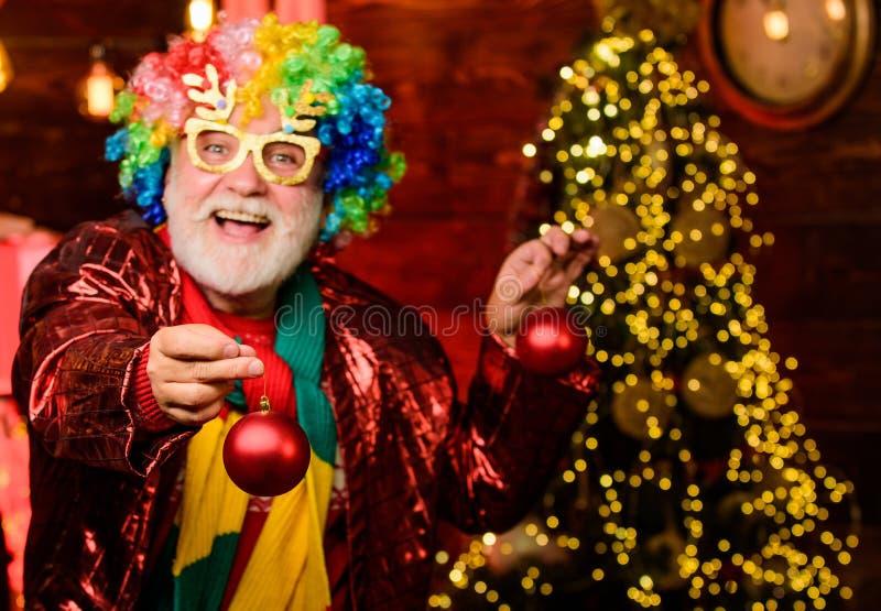 Это для тебя участник в клоунском парике счастливый человек с бородой бородатый урод выходные нового года Фанилиальный праздник стоковые изображения