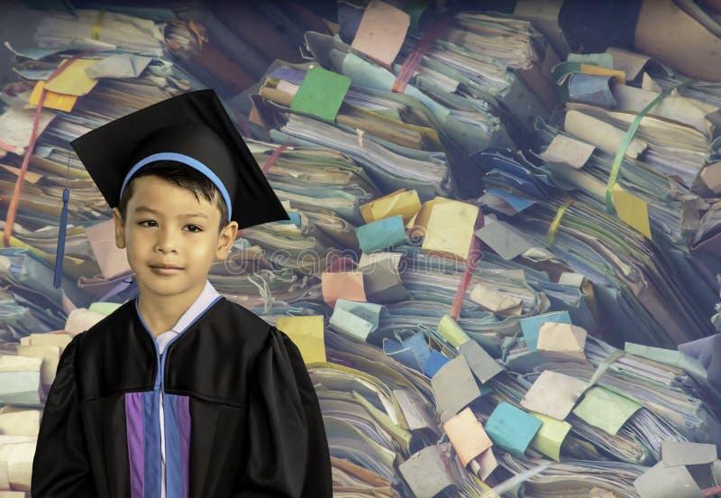 Мальчик градуировал от детского сада Это исследование первое, который нужно выдвинуться к следующей ровной предпосылке красочное  стоковая фотография