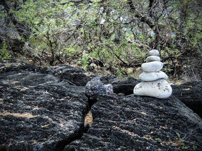 Это пирамида из камней утеса сделанная белого коралла сидя на утесе лавы в Мауи около Kihei в запасе района Ahihi-Kinau естествен стоковая фотография rf