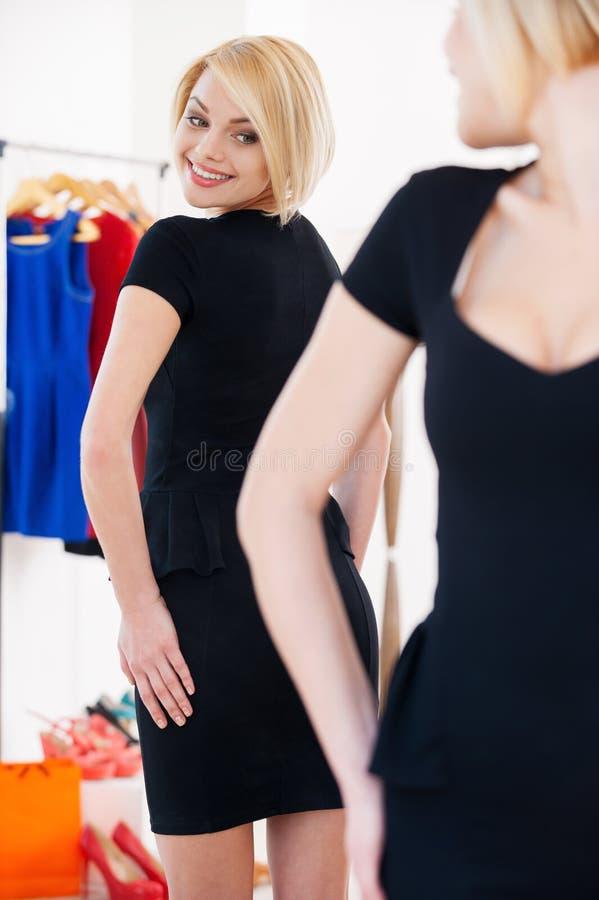Это платье совершенно! стоковая фотография rf