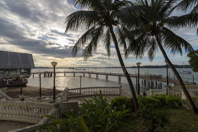 Это старт променада Changi прибрежного от пляжного клуба Changi Оно предлагает красивый вид кокосовых пальм и высокого concr стоковые фотографии rf