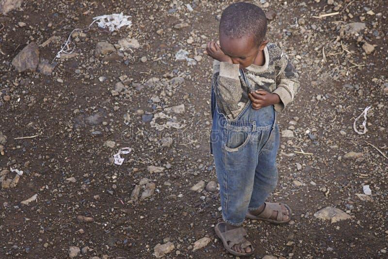 Эфиопия: Ощупывание ребенка унылое стоковое изображение