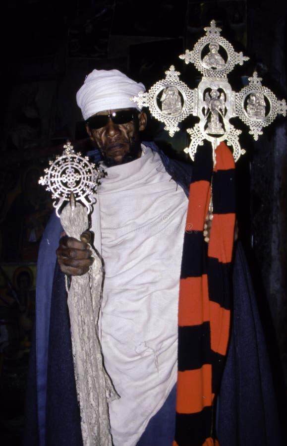 Эфиопский правоверный священник с крестом стоковая фотография