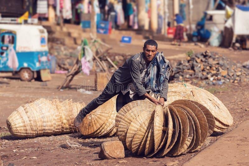 Эфиопский человек продает плетеные корзины на улице стоковое изображение