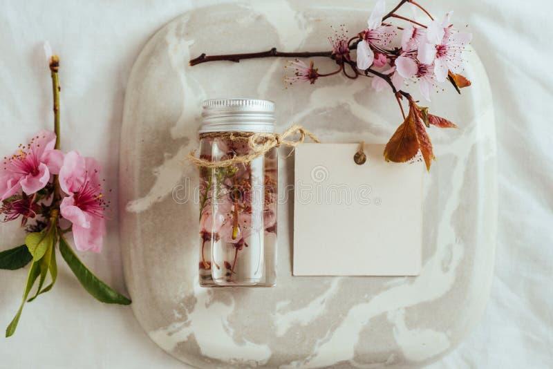 Эфирное масло, с естественными цветками миндалины стоковое изображение rf
