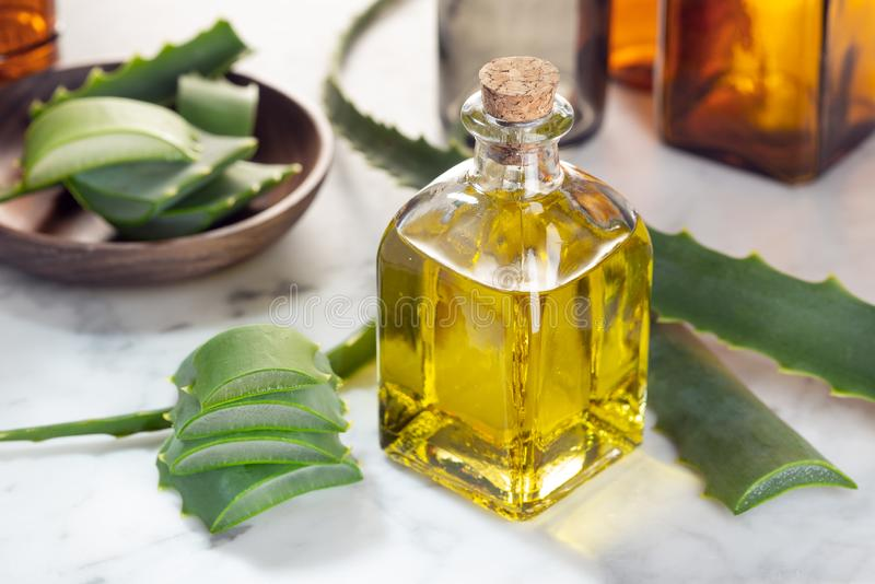 эфирное масло vera алоэ Масло vera алоэ на стеклянной бутылке стоковые фото