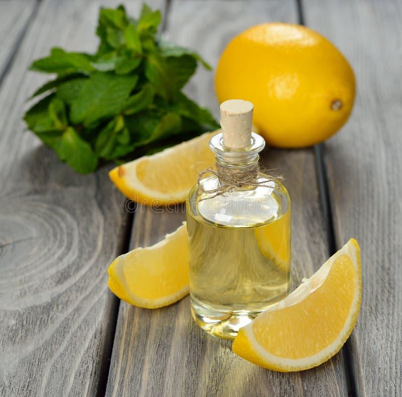 Эфирное масло лимона стоковая фотография