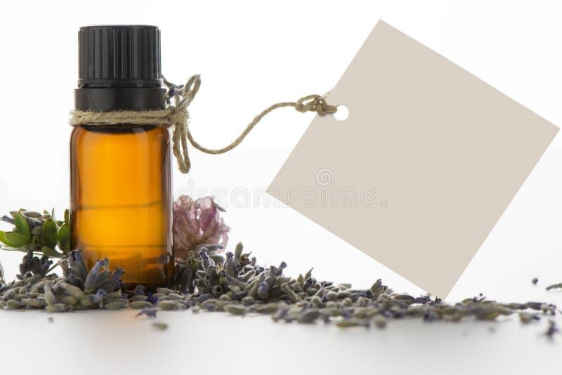 Эфирное масло, пустые бирки и цветки лаванды стоковое фото rf