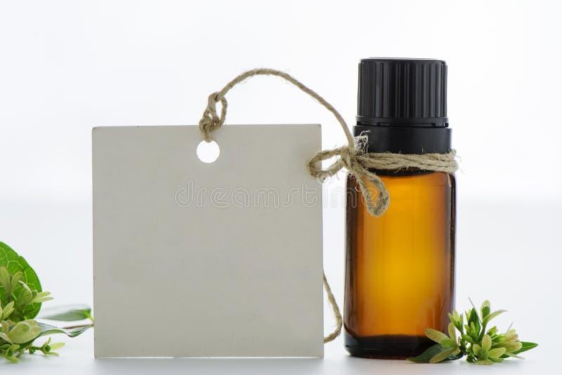 Эфирное масло, пустые бирки и цветки стоковое изображение