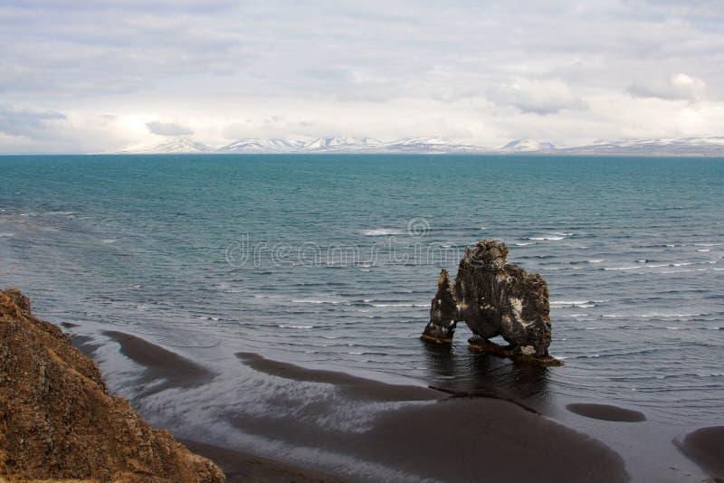 Эффектная исландская береговая линия с утесом Hvitserkur стоковые изображения