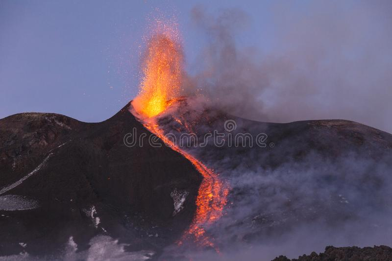 Эффектное извержение Этна вулкана, Сицилия, Италия стоковое изображение