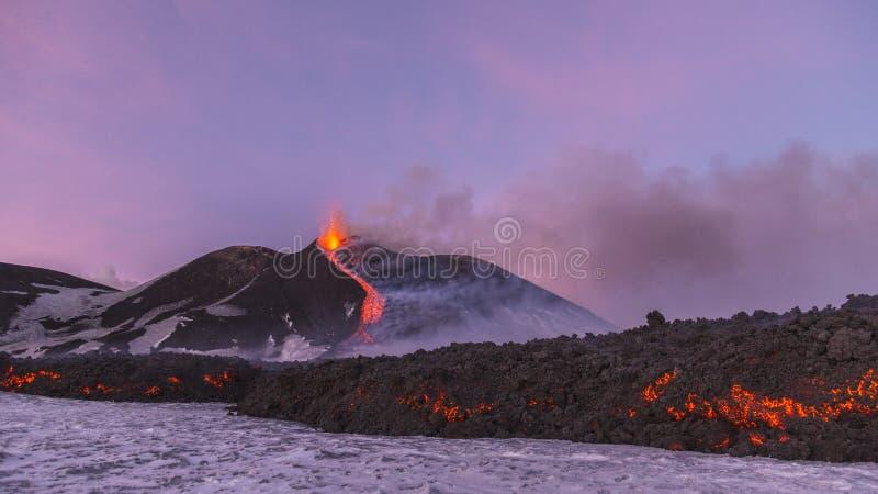 Эффектное извержение Этна вулкана, Сицилия, Италия стоковые изображения rf
