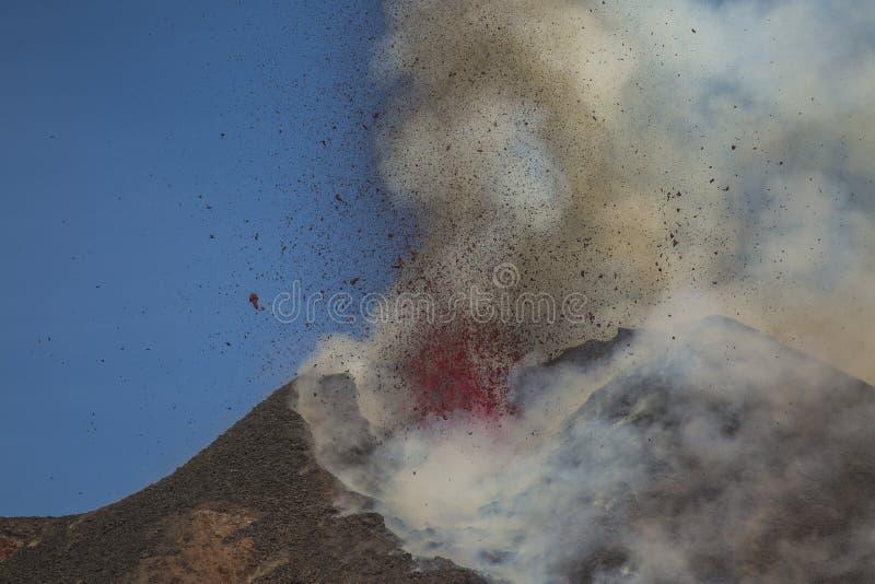 Эффектное извержение Этна вулкана, Сицилия, Италия стоковые изображения