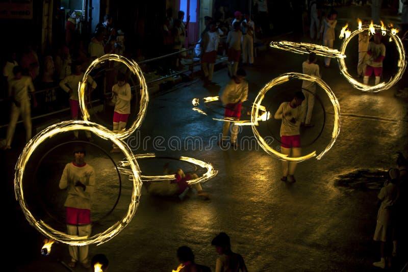 Эффектное место как танцоры шарика огня выполняет вдоль улицы Коломбо в Канди во время Esala Perahera в Шри-Ланке стоковое изображение