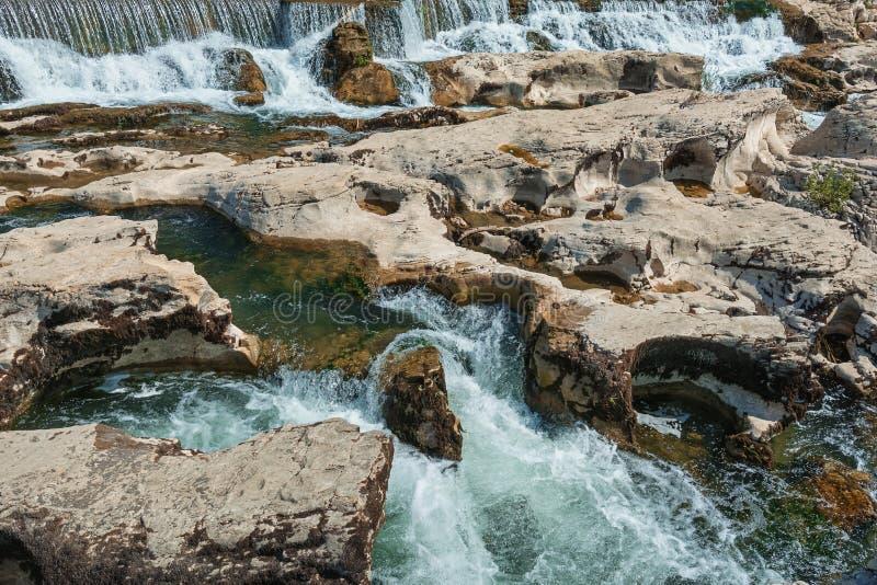 эффектные водопады и речные пороги каскадов du Sautadet, Франции стоковые фотографии rf