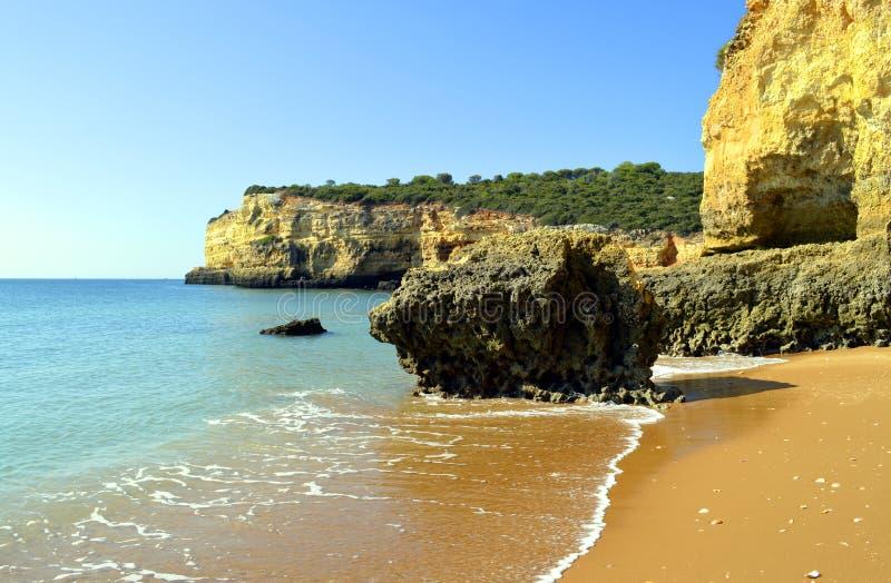 Эффектные скалы на Нове Senhora Da Rocha приставают к берегу стоковое изображение rf