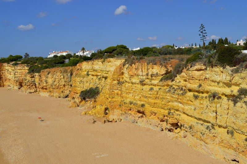 Эффектные скалы на Нове Senhora Da Rocha приставают к берегу стоковые фото