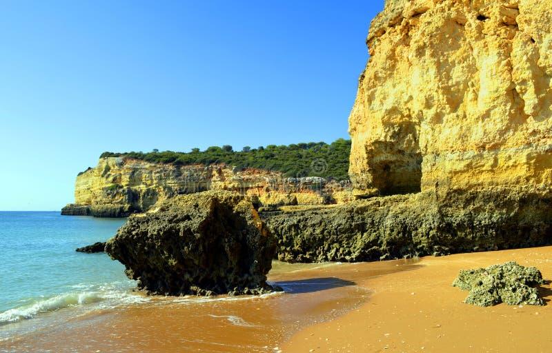 Эффектные скалы на Нове Senhora Da Rocha приставают к берегу стоковое изображение
