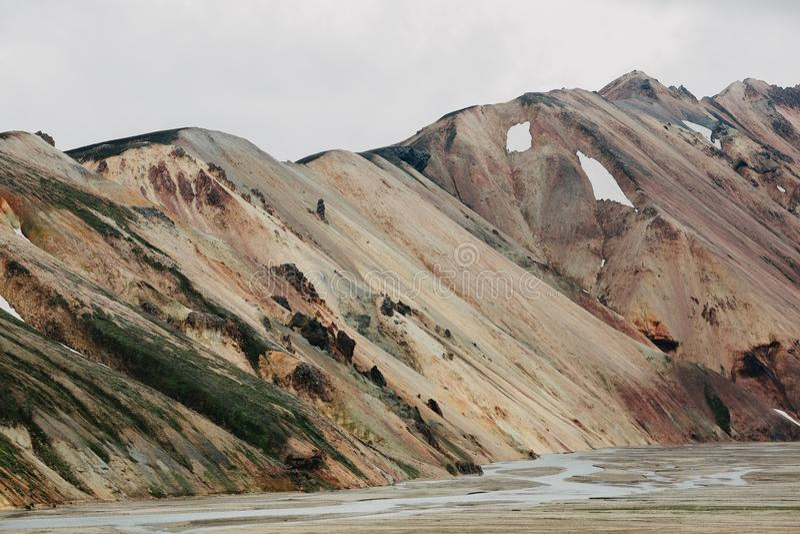 эффектный естественный взгляд сценарных геологохимических образований с снегом стоковые фото