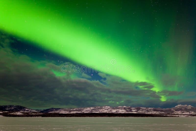 Интенсивный диапазон северных светов в северной зиме стоковое фото rf