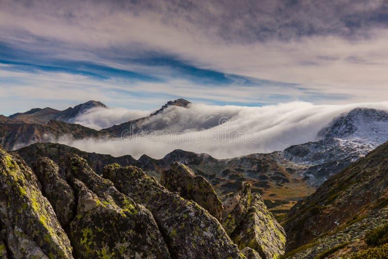 Эффектный пейзаж горы в Альпах, с морем облаков стоковое фото