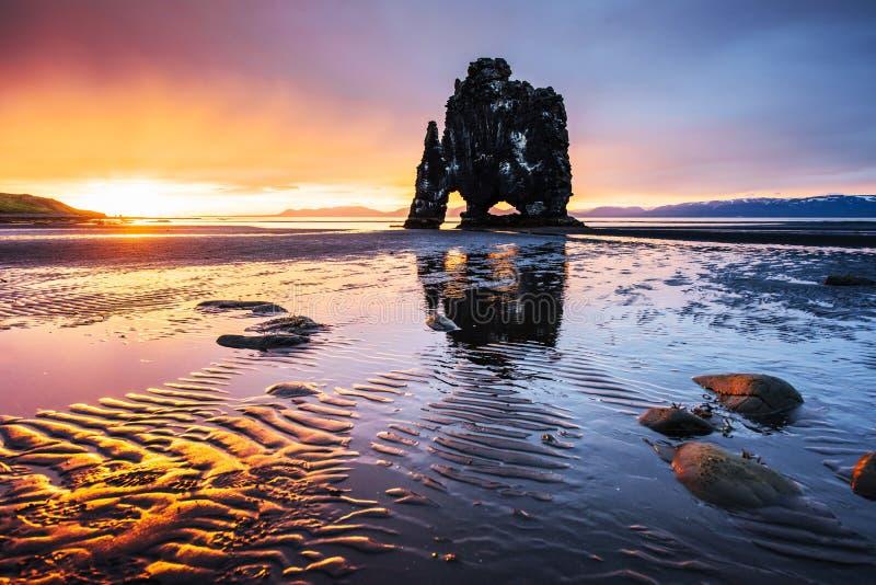 Эффектный утес в море на северном побережье Исландии Сказания говорят что окаменелый troll На этом фото стоковые изображения
