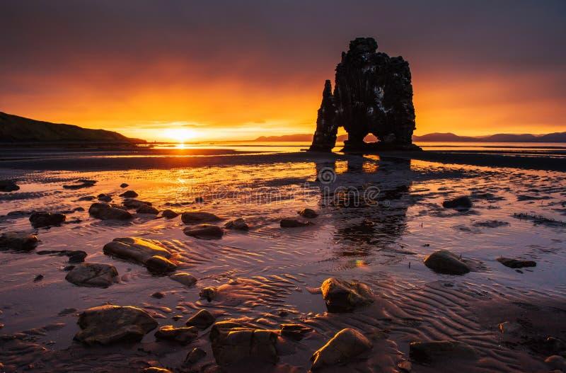 Эффектный утес в море на северном побережье Исландии Сказания говорят что окаменелый troll На этом фото стоковое изображение