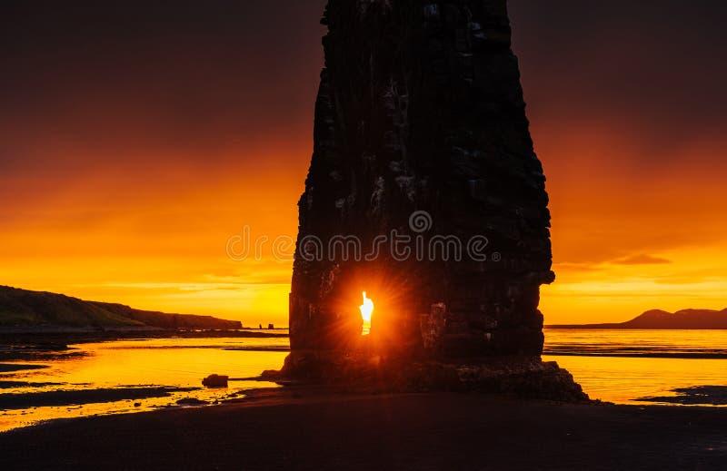 Эффектный утес в море на северном побережье Исландии Сказания говорят что окаменелый troll На этом фото Hvitserkur r стоковое изображение rf
