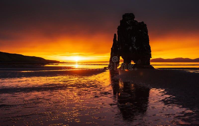 Эффектный утес в море на северном побережье Исландии Сказания говорят что окаменелый troll На этом фото Hvitserkur r стоковая фотография rf