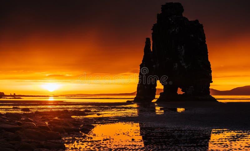 Эффектный утес в море на северном побережье Исландии Сказания говорят что окаменелый troll На этом фото стоковое фото