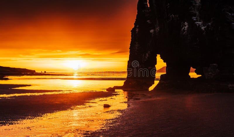 Эффектный утес в море на северном побережье Исландии Сказания говорят что окаменелый troll На этом фото стоковые изображения rf