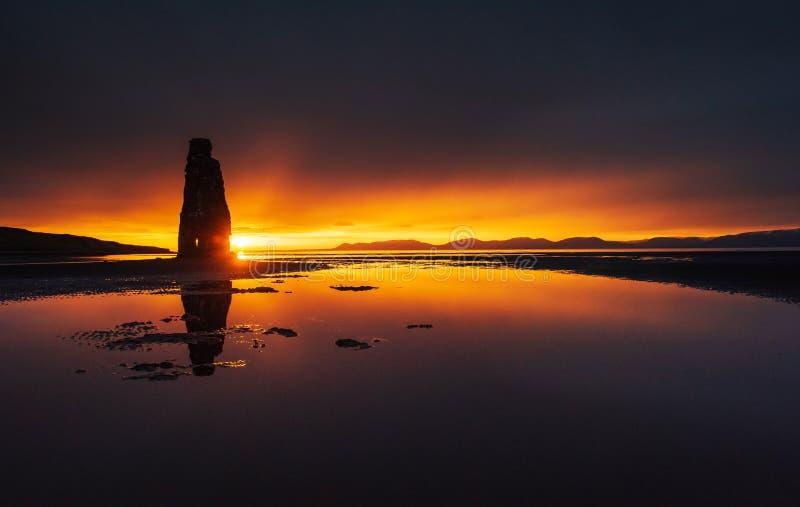Эффектный утес в море на северном побережье Исландии Сказания говорят что окаменелый troll На этом фото стоковые фото