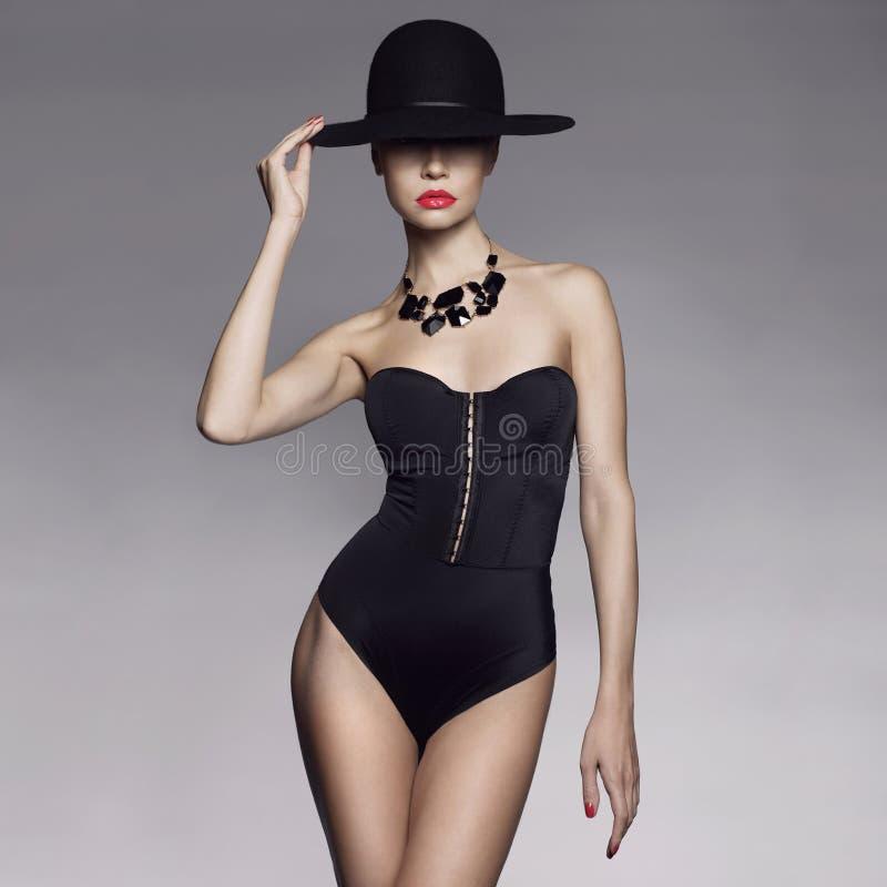 Элегантная дама в шляпе стоковые фото