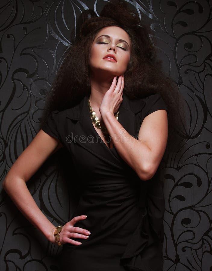 Элегантная дама с стильным длинным стилем причёсок Яркий составьте и bla стоковые изображения rf