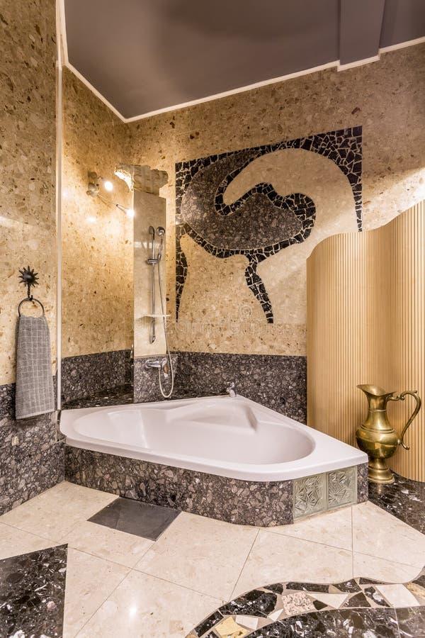 Элегантная ванная комната мозаики с большой ванной стоковое фото