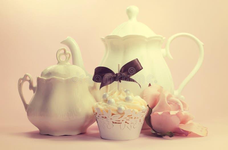 Элегантная винтажная ретро затрапезная шикарная установка чая после полудня или утра стиля стоковое изображение rf